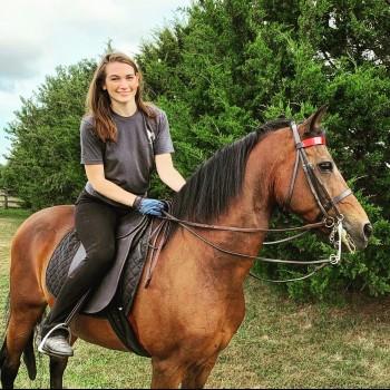 Anna Stanek bio photo - Horse writer for Horsey Hooves