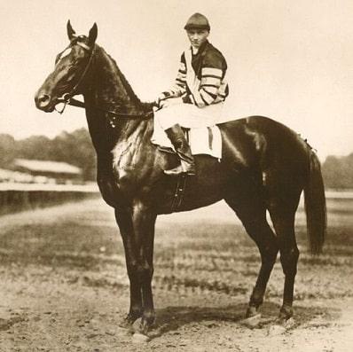 Man o War, legendary racehorse before the start of a race